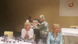 WineEnthusist-tasting-Donatella-CinelliColombini consegna lo spillo delle DDV alla pres.WomenOfVine