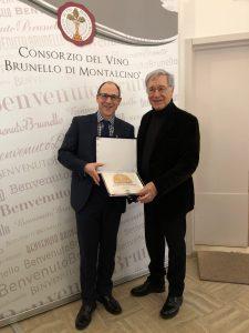 Alfredo-Tesio-consegna-premio-Leccio-d'Oro-all'Enoteca-Hedonism-di-Londra