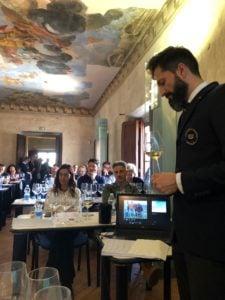 Sommelier-AIS-campione-italiano-Simone-Lo-Guercio-degusta-lla-DOC-Orcia