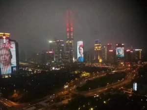 Shenzhen sui grattacieli i volti dei medici eroi che hanno sconfitto il coronavirus
