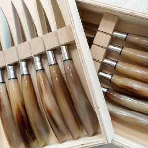 Coltelli da bistecca con manico in corno di bue prodotti a Scarperia e selezionati da ToscanaLovers