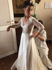 Violante mentre indossa l'abito da sposa