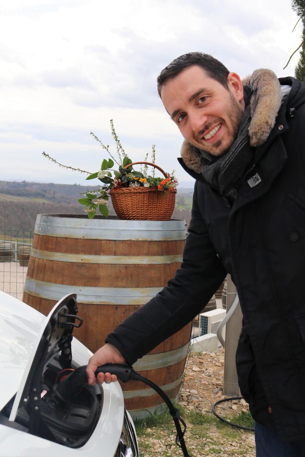 ricarica-elettrica-per-auto-alla-Fattoria-del-Colle-con-Enrico-Pelagatti