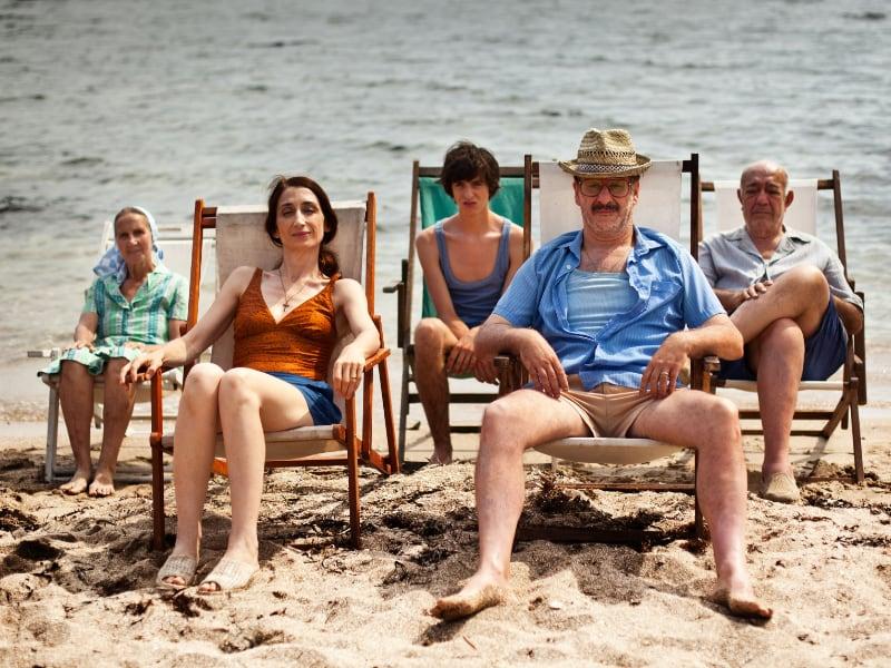 famiglia in riva al mare su delle sdraio