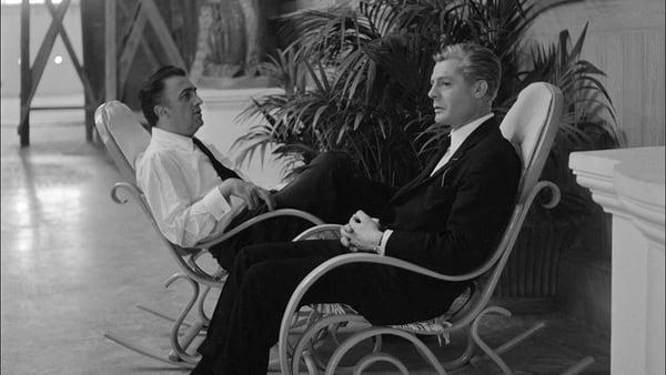 federico fellini e marcello mastroianni seduti su due sedie a dondolo, in bianco e nero