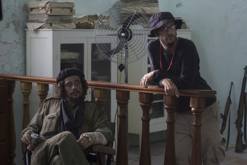 benicio-del-toro-e-il-regista-steven-soderbergh-sul-set-del-film-che-l-argentino