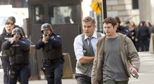 George Clooney (Lee Gates) cerca di proteggere Jack O'Connell (Kyle Budweell)