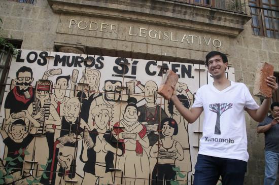 El candidato independiente, Pedro Kumamoto, inicia su camapaña por el Distrito 10 a las afueras del Congreso del Estado.  Foto: Alejandra Leyva