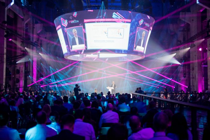 720° Projektion und rotierende Center Stage als Hauptbühne.