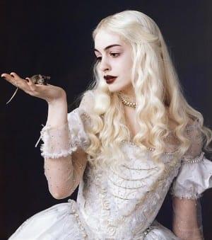 Anne Hathaway nei panni della Regina Bianca