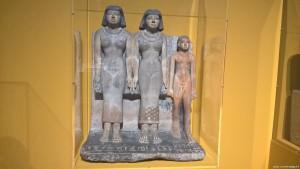 Bologna, Mostra Egizi, gruppo scultoreo di Meretites e di suo figlio Khennu