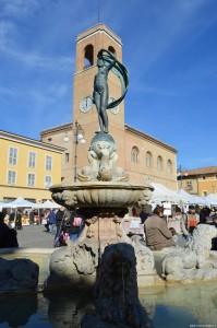 Fano, fontana della Fortuna, sullo sfondo il Palazzo della Ragione o Podestà