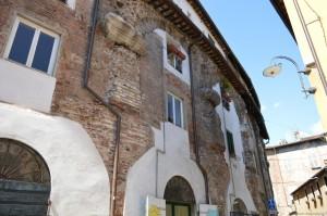 Lucca, tracce dell'antico anfiteatro romano trasformato in abitazioni