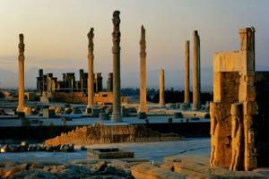 Persepoli, a destra la Porta delle Nazioni, al centro la Sala delle udienze (Apadana) e dietro il Palazzo di Dario