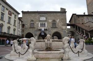 Bergamo Alta, Piazza Vecchia, fontana Contarini e Palazzo della Ragione