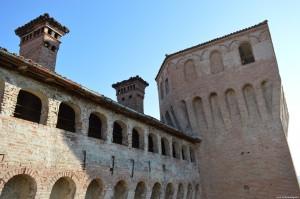 Il Castello di Vignola, vista esterna di un camminamento di ronda