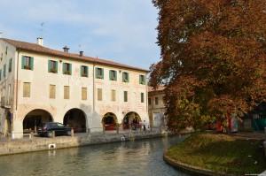Treviso, palazzo con affreschi esterni e scorcio su isola della pescheria