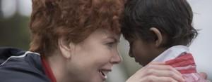 Lion, Nicole Kidman ed il piccolo Sunny in una scena del film