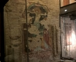 Bologna, complesso Colombano, sede esposizione collezione Tagliavini, crocifissione duecentesca nella cripta medievale