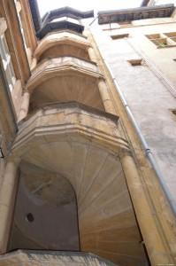 Lione, traboule, scala medievale in un cortile interno