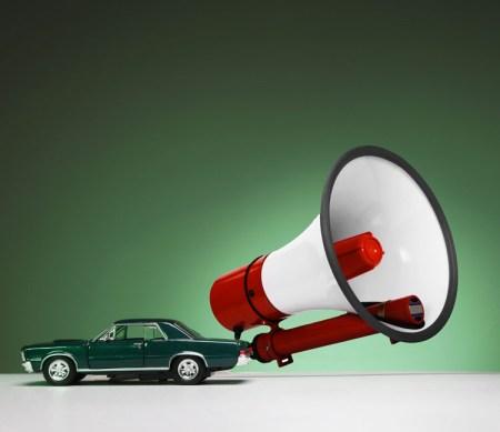 Automobile giocattolo con grande megafono attaccato nel retro