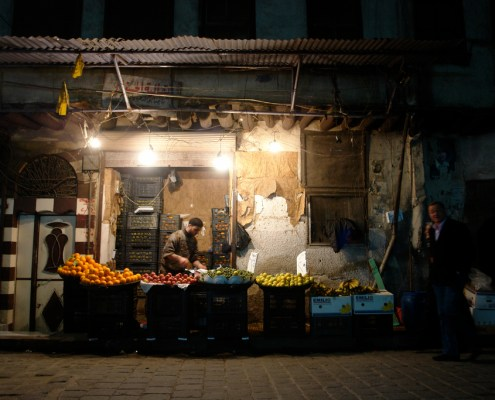 Damascus Syria food insecurity production scarcity fruit market stand war refugee
