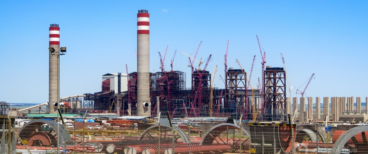 The 4,800-megawatt Kusili coal-fired generating station east of Johannesburg, years overdue and billions of dollars over budget, is at the center of the damaging economic, social, and ecological vortex engulfing South Africa. Photo © Keith Schneider / Circle of Blue.