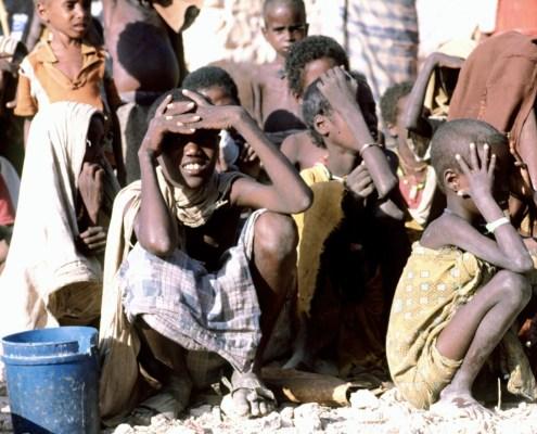 https://upload.wikimedia.org/wikipedia/commons/a/a7/Somali_children_waiting.JPEG