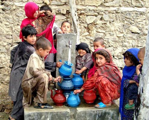 https://pixnio.com/people/children-kids/children-in-nawa-village-afghanistan-fill-their-containers-with-fresh-running-water