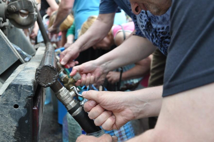 https://commons.wikimedia.org/wiki/File:Water_trucking_UNICEF_-PIN_in_Luhansk_oblast_(17970883093).jpg