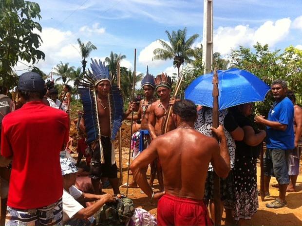 Militantes que se declaram indígenas bloqueiam rodovia no AM em protesto por ocupação de terra.