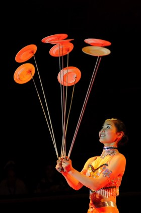 Jonglerie des assiettes - photo François Dehurtevent - Encyclopédie du Cirque