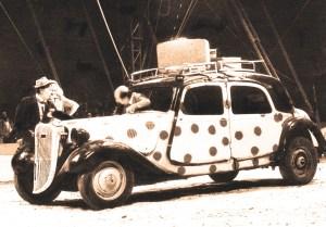 photo de la voiture à pois des Bario - clowns vedettes