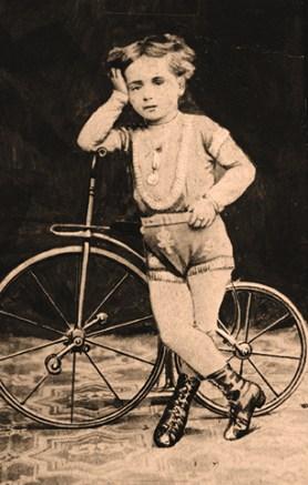 Ugo Ancillotti à 4 ans - acrobate à bicyclette exceptionnel