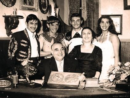Joseph Bouglione Ier entouré de son épouse Rosa et de ses enfants Emilien, Joseph II, Sampion III, et Sandrine - frères Bouglione