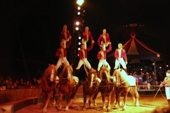 La troupe Gruss junior - acrobates à cheval