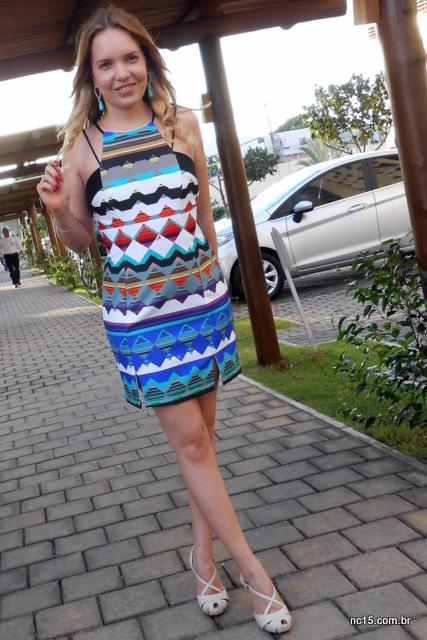 Vestido com estampa étnica, sapato na cor  e brinco com pedra turquesa
