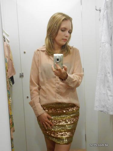Amei esta saia bordada com dourado. pena que levei a 36 para o provador e ficou apertada. na saída não quis encarar a fila :/