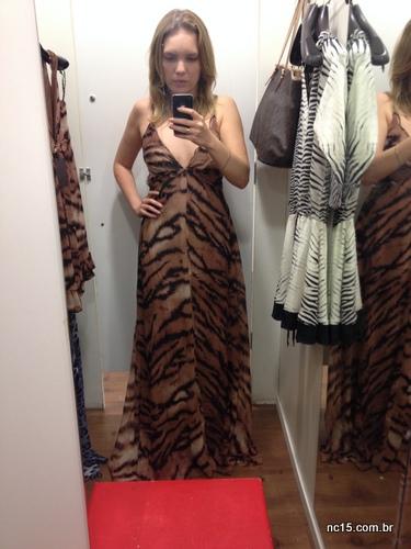 Look 1: vestido longo com estampa de onça