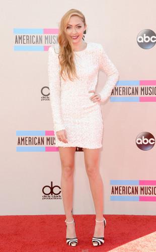 A irmã mais nova da Miley, que eu nem sabia que existia, ficou muito bem nesse vestido branco curtinho e com brilho