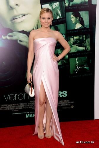 Kristen Bell, a eterna Veronica Mars, estava linda ontem à noite na premiére do filme da série que protagonizou. A bela usou um tomara que caia rosa, assinado por J Mendel, acompanhado de sandália nude.