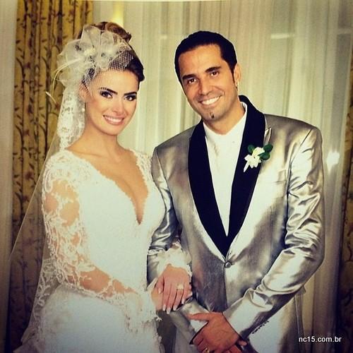 A noiva e o noivo com seu terno prateado