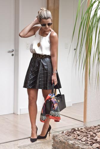 Flávia Pípolo, do Blog da Flávia, com um look de saia preta e blusa branca, atualizando a tendência p&b