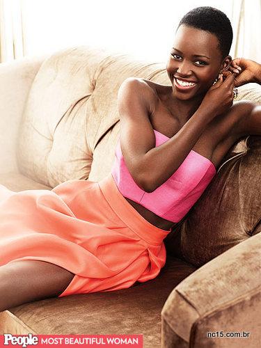 Lupita Nyong'o na revista People que a elegeu como a mais bela