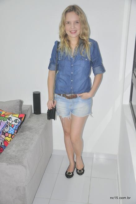 Meu look jeans com jeans usando camisa e shorts, sapatilha preta, bolsa preta e cinto marrom