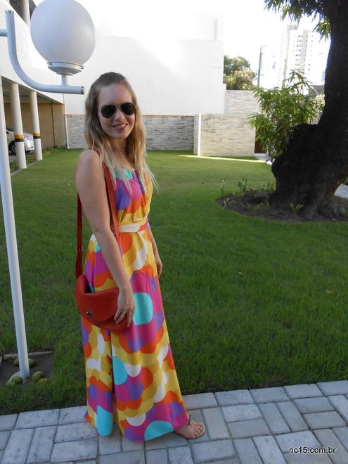 Eu, no jardim do prédio, me preparando para sair, usando vestido misslolla maxiflores