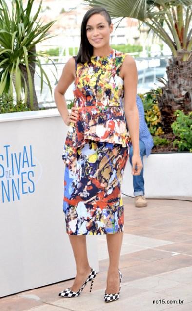 Rosario Dawson Cannes usando vestido colorido e sapato xadrez preto com branco