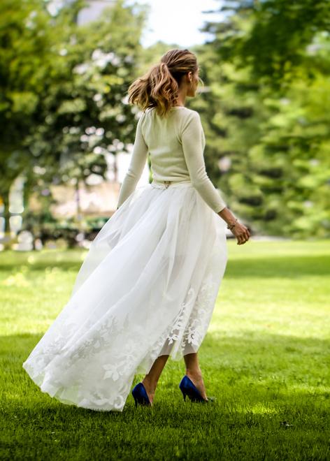 A it girl Olivia Palermo usou vestido carolina Herrera para o seu casamento- na verdade um composto de três peças com suéter de cashmere, mais shorts brancos e saia de tule com fenda sobrepondo.