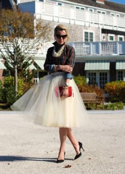 Saia branca de tule que fez par com camisa xadrez, scarpin preto, bolsa vermelha e muitas pérolas.