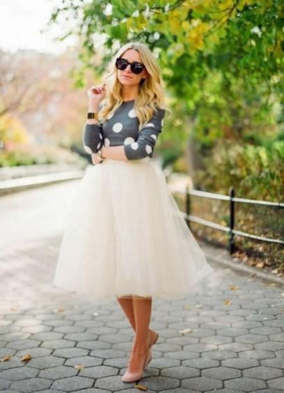 Depois saia de tule branca com blusa de poá, sapatilha rosê e super bracelete dourado
